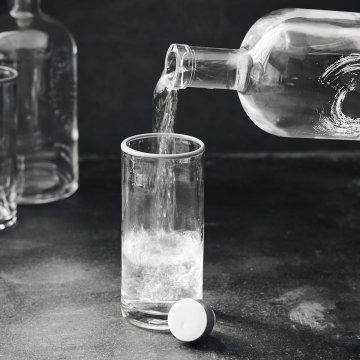 Nicolas Vahè Glasflasche mit Deckel und der...